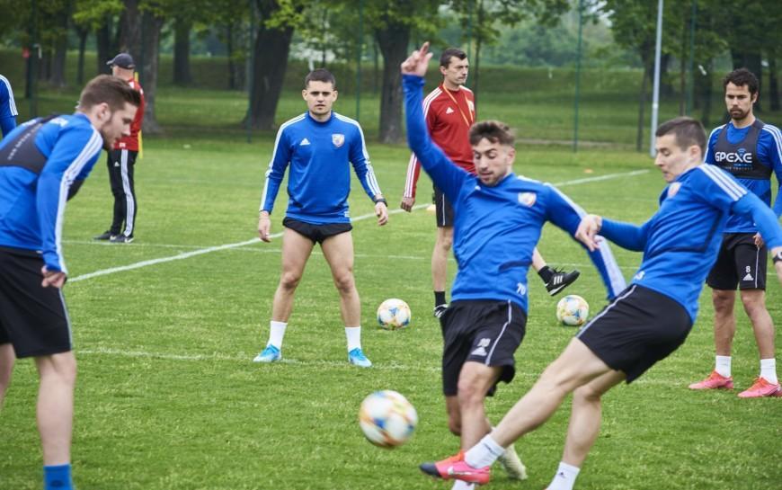 Piłkarze Miedzi Legnica trenują już całą drużyną. Forma rośnie