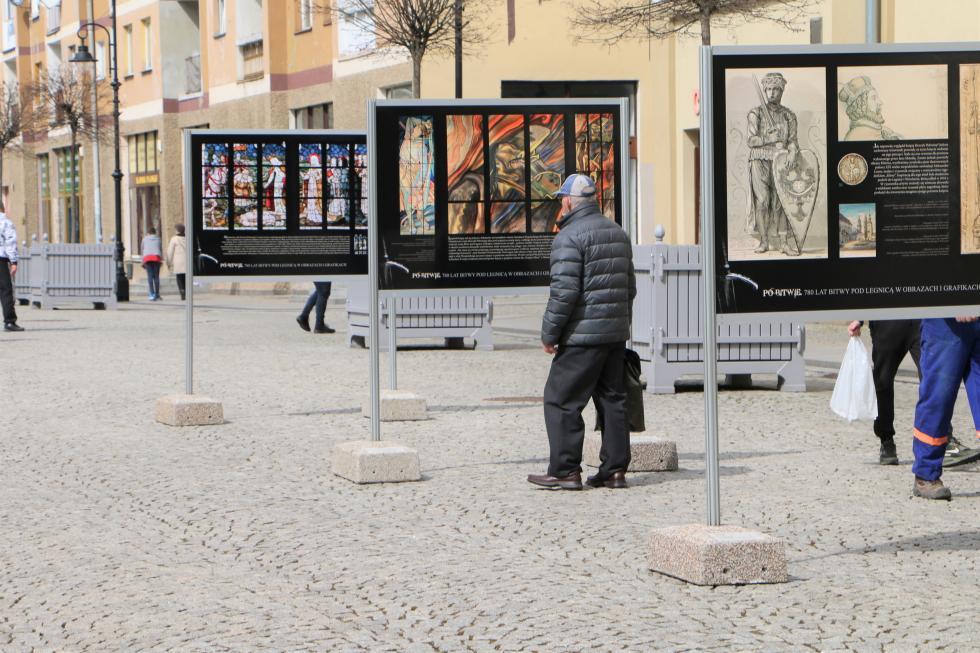 Plenerowa wystawa wRynku zokazji 780 rocznicy bitwy pod Legnicą